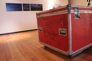 Alles oder nichts: Was in den roten Kisten ankommt, gehört an die Ausstellungswände – vollständig oder gar nicht.