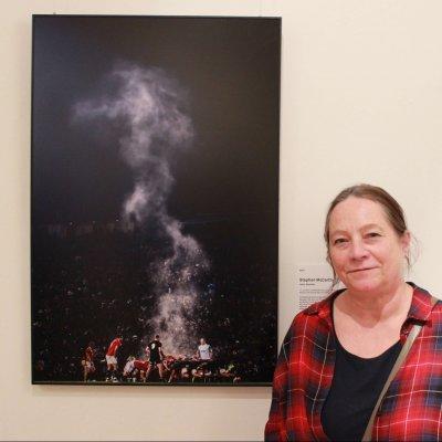 """""""Viele der Bilder lösen in mir Scham und Hilflosigkeit aus"""", erklärt Gabi Chapus. Nicht so das Bild von Stephen McCarthy. Darauf zu sehen: Ein Rugby-Spiel in Neuseeland. """"Ich finde die Komposition des Fotos einfach interessant. Der Dunststreifen beleuchtet die Zuschauer des Spiels und erzeugt sehr viel Tiefe."""""""
